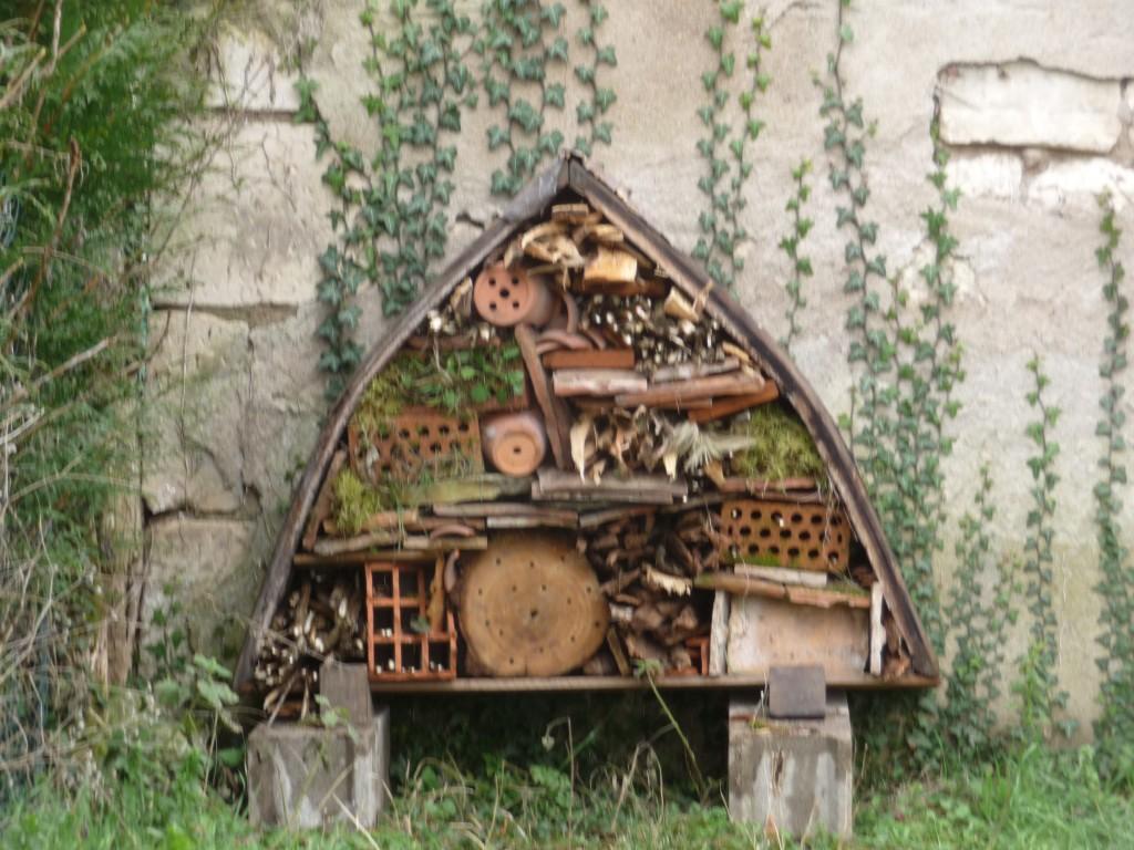 Hotel à insectes construit par Pierre-Francois Masson installé au coeur du vignoble de Pouilly-Fumé